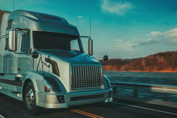 Xe tải chạy trên đường lớn vận chuyển hàng hóa